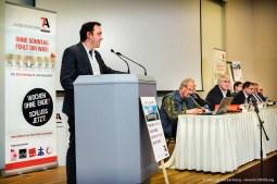 """Die """"Allianz für den freien Sonntag"""" überreicht NRW-Wirtschaftsminister Pinkwart eine gemeinsame Erklärung vor dem Landtag. Foto Dietrich Hackenberg"""