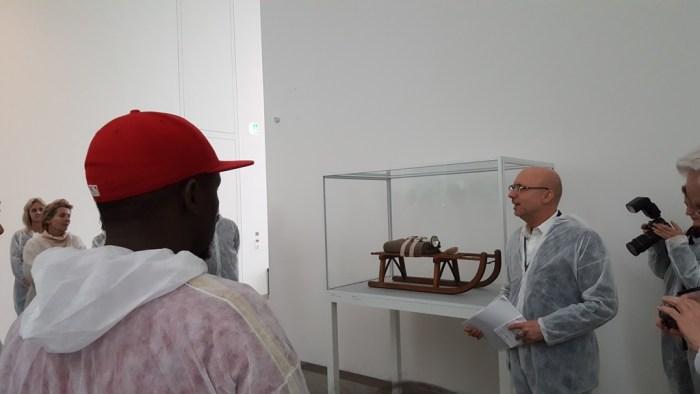 Der Kurator erklärt den Schlitten von Beuys