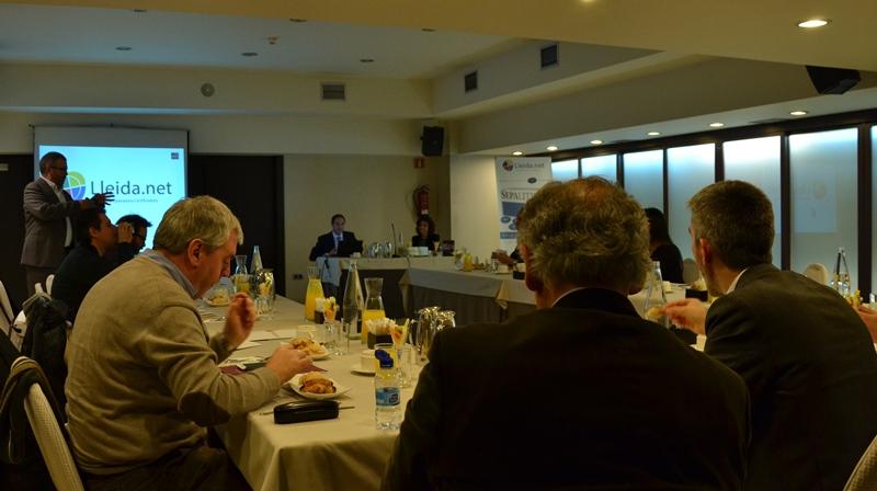 Sisco Sapena durante la presentación. En la mesa (de izq. a dch.): Javier Espejo y Silvia Barrau.