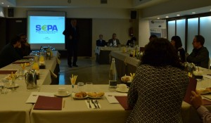 D. Féliz González, socio de Cuatrecasas Gonçalves Pereira, presentando la jornada. En la mesa (de izq. a dch.): Javier Espejo, siso Sapena y Silvi Barrau