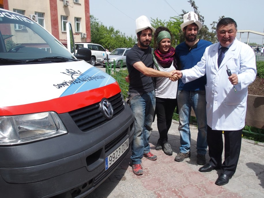 Handing over the keys of Somriures del Kirguizistan ambulance at Bishkek Maternity Hospital