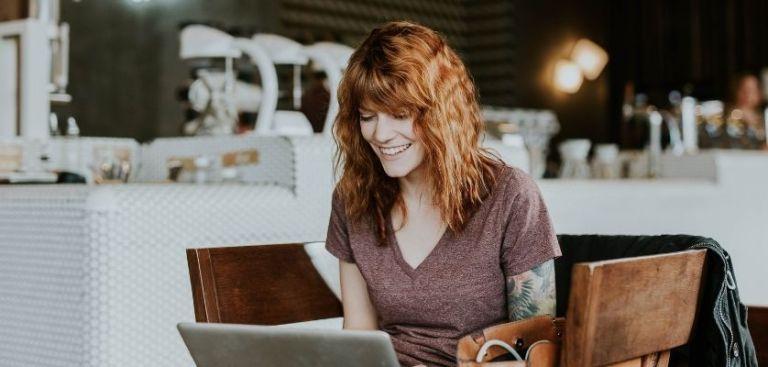Moça navegando em loja virtual, tendo uma ótima experiência de compras