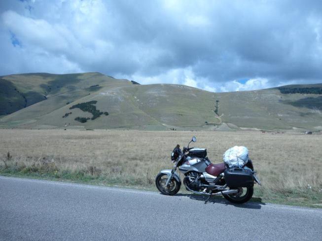 Moto in viaggio nella Piana di Castelluccio di Norcia (Pg)