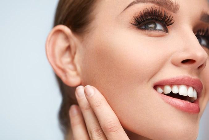 model wearing magnetic eyelashes