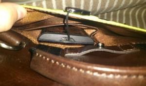 zenbag背面のポケット中のシークレットポケットにXperiaを入れていた図
