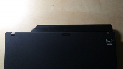 ThinkPad X201sに純正9セルバッテリ(43R9255)を装着してみた図(上から)
