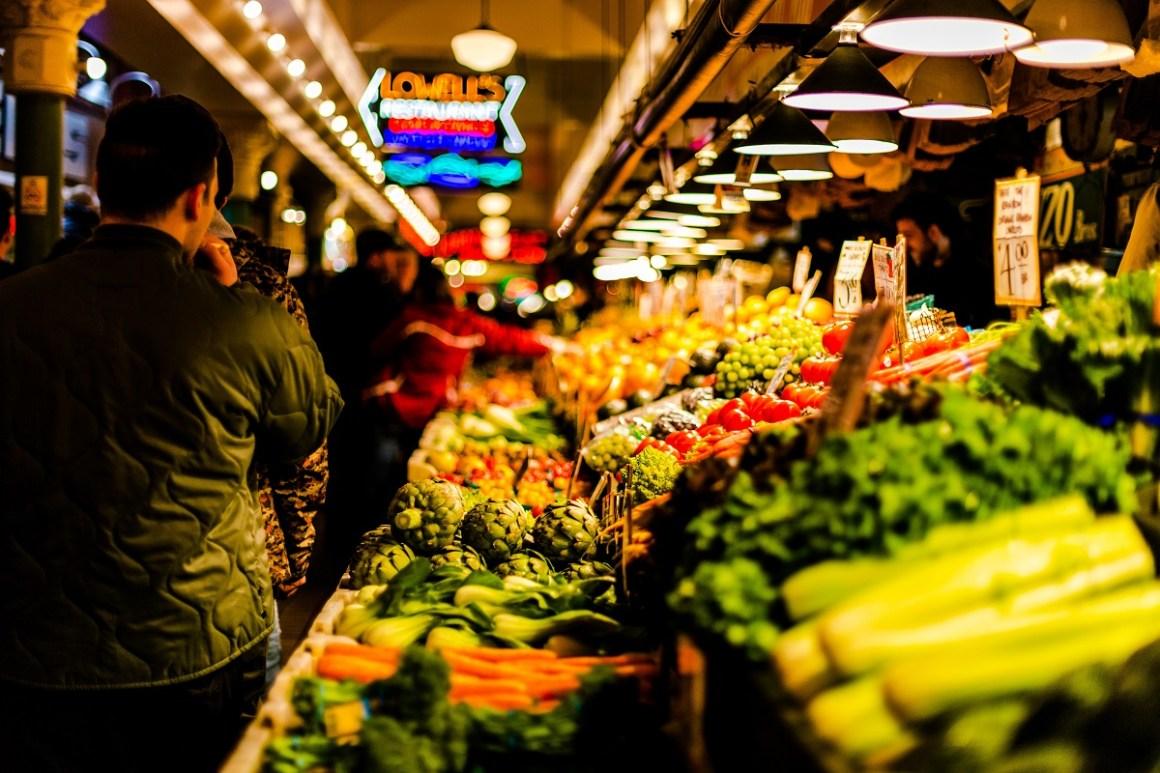 Markt mit Auswahl an Obst und Gemüse