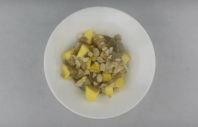 Eine Schale mit dem Ananas-Snack