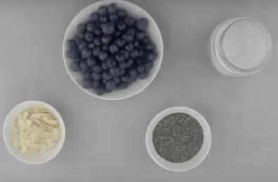 Bild mit einen Schalle voller Blaubeeren, Chiasamen und Milch