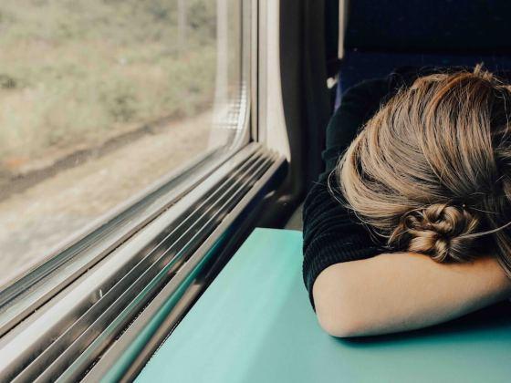 Mädchen in einem Zug mit gesenktem Kopf wegen einem Vitamin B12-Mangel.