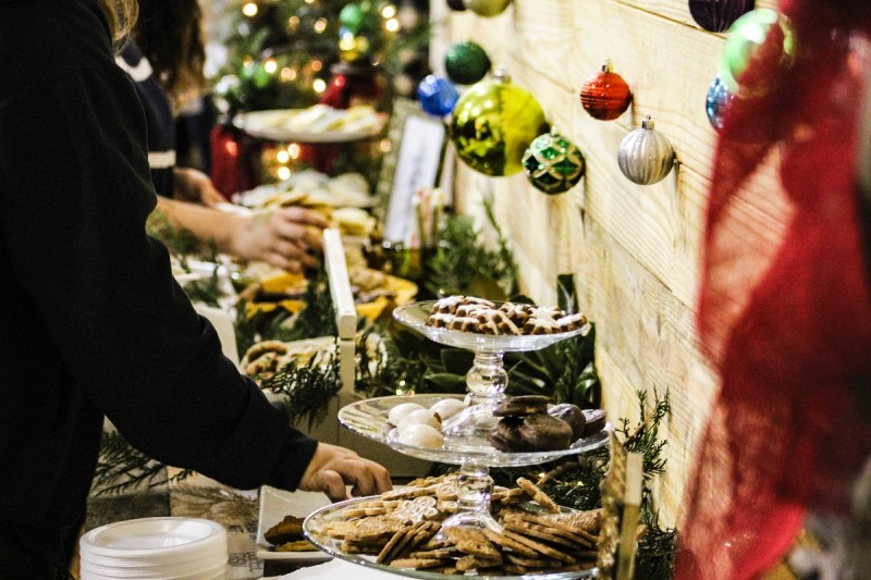Weihnachtsessen als Buffet mit Dekoration