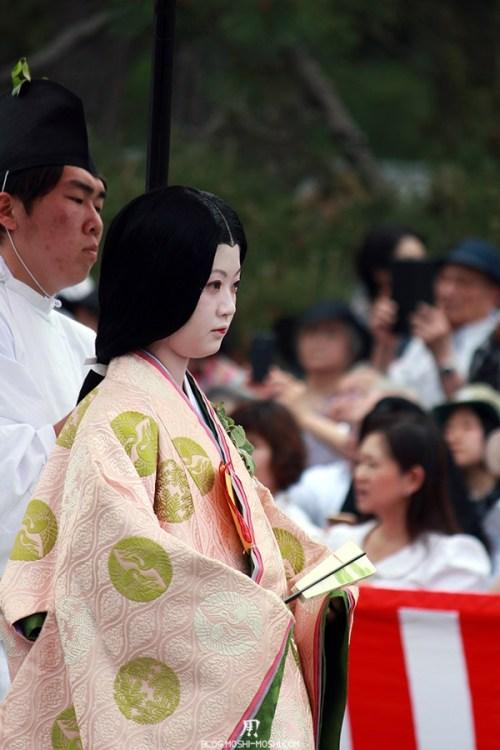 kyoto-aoi-matsuri-palais-imperial-jeune-fille-kimono-servant