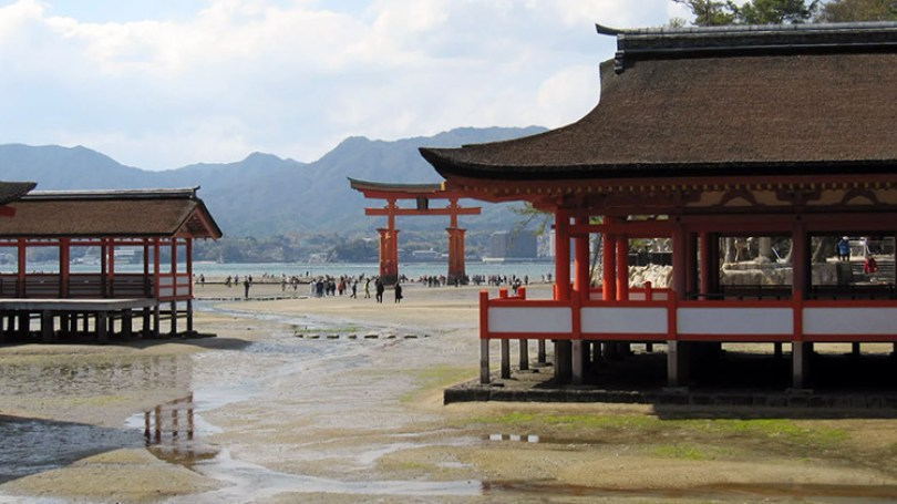 Miyajima-Hiroshima-saison-sakura-sanctuaire-Itsukushima-vue-grand-torii-entre-batiments