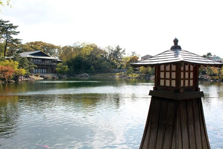 Tokugawaen-parc-nagoya-etang-lanterne-bois-rappel-kenrokuen-kanazawa