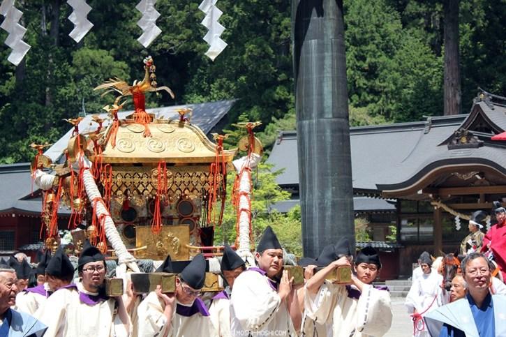 nikko-shunki-reitaisai-matsuri-grand-festival-de-printemps-mikoshi-shogun-torii