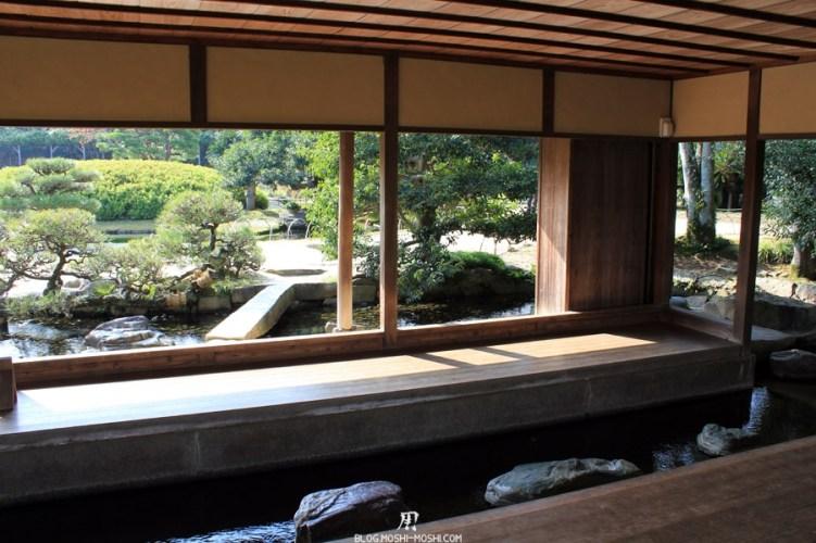 Okayama-jardin-koraku-en-saison-momiji-pavillon-repos-zen-bain-pieds