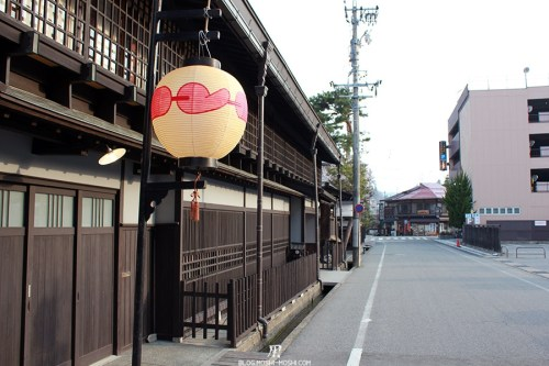 Takayama vieux-quartier-tot-le-matin-lanterne-amour
