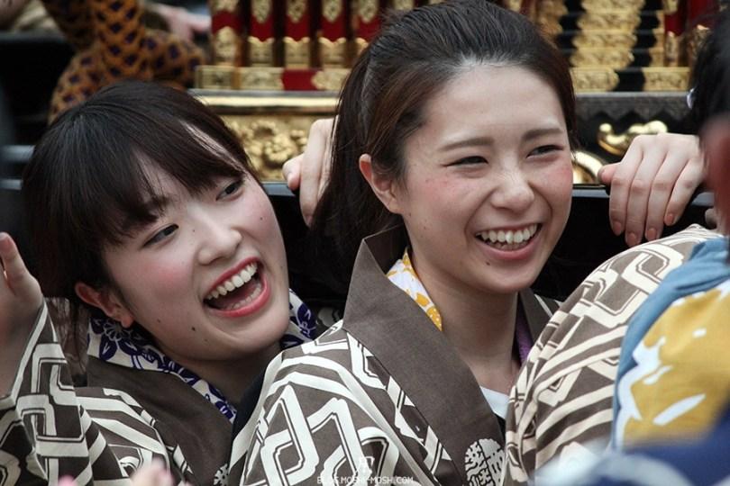 tokyo-sanja-matsuri-asakusa-senso-ji-mikoshi-porteurs-portrait-jeunes-filles-souriantes-kawaii