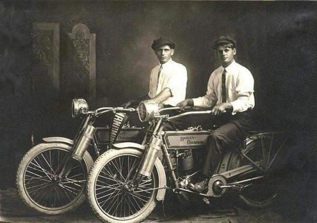 William Harley e Arthur Davidson, os fundadores da Harley Davidson, em 1914