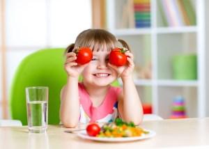 Petit fille à table avec les menus du régime famille de La Méthode de Maïa Baudelaire