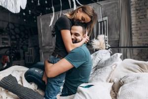 homme et femme amoureux voulant stimuler la libido par des aliments aphrodisiaques et des aphrodisiaques naturels comme les huiles essentielles