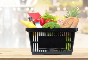 Panier de courses avec légumes et fruits