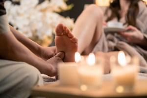 femme se faisant masser les pieds