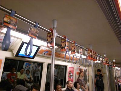 バンコクの地下鉄(MRT)の車内広告