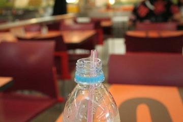 ペットボトルの水はストローで飲む
