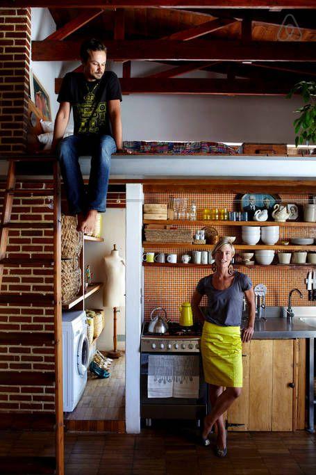 Un joli loft de style industriel, avec une mezzanine à l'étage et une petite cuisine. Retrouvez toutes les photos de ce loft dans l'article.