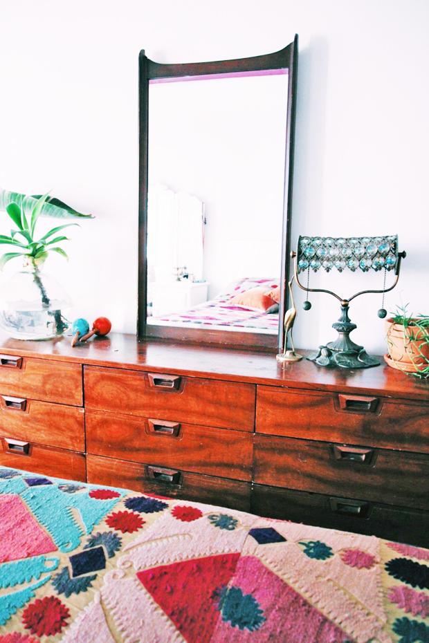 Découvrez un aperçu de cette jolie chambre au style bohème, avec ses objets vintage et ses imprimés ethniques. Trouvez plus d'inspiration déco dans l'article.