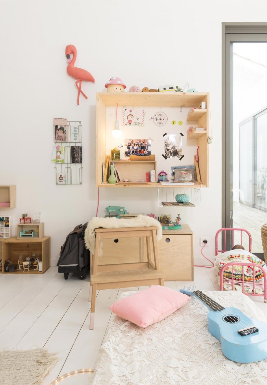 Une jolie décoration pour cette chambre d'enfant aux couleurs pastels et aux meubles en bois naturel. Découvrez toutes les photos de cette maison de famille dans l'article.