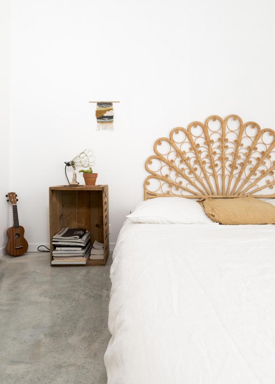 Une décoration sobre et naturelle pour cette chambre minimaliste, avec sa jolie tête de lit en rotin. Retrouvez toutes les photos de cette maison familiale inspirante dans l'article !