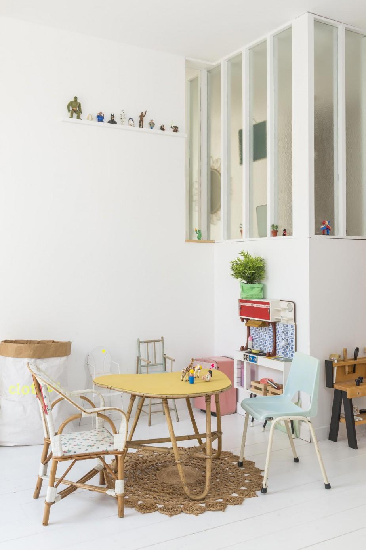 Une jolie salle de jeux décorée avec des petits meubles vintage aux couleurs pastels. Lisez l'article pour encore plus d'inspiration déco avec les photos de cette belle maison familiale !