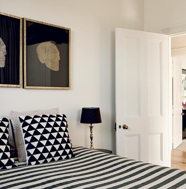 """Décoration d'une chambre chic et élégante, avec ses motifs design et ses tableaux """"mémento mori"""" au dessus du lit. retrouvez plus de photos de cette maison éclectique dans l'article."""