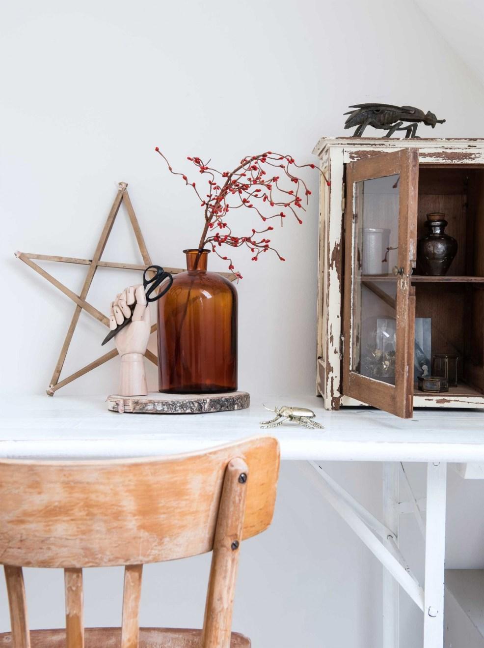 Une ambiance cabinet de curiosité dans une chambre, c'est possible. La preuve en images ! Retrouvez toutes les photos de cette maison rustique et éclectique dans l'article.