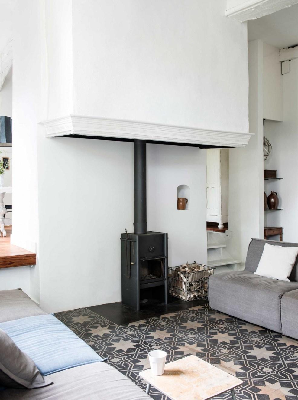 Découvrez ce très beau salon rustique, revisité avec un esprit contemporain, et sa cheminée très chic. Retrouvez toutes les images de cette maison de campagne dans l'article.