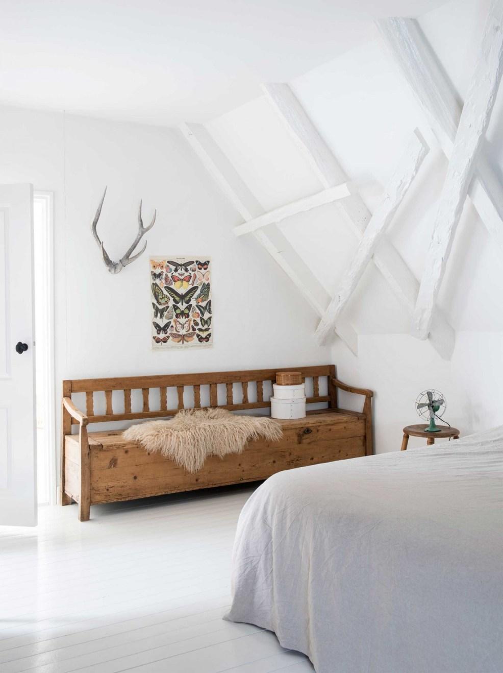 Joli leçon de style avec cette chambre rustique et chic, et ses poutres apparentes entièrement repeintes en blanc. Trouvez l'inspiration pour décorer votre maison de campagne dans l'article !