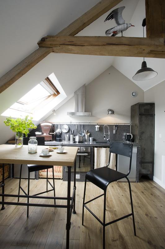Un petit loft industriel sous les toits, qu'est-ce que c'est joli ! Découvrez toutes les photos de cet intérieur inspirant dans l'article.