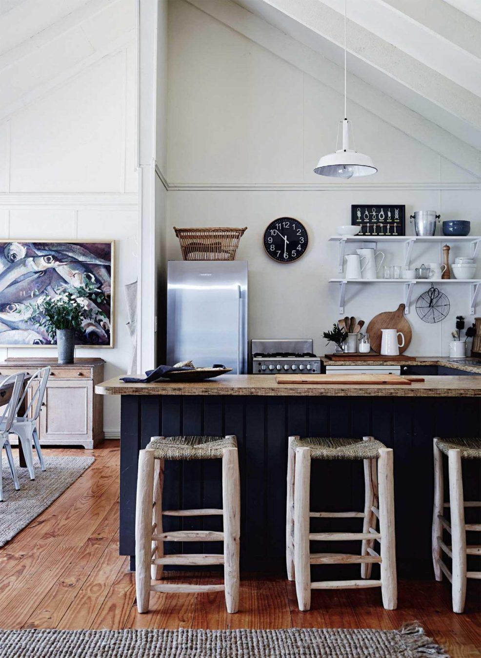 Une jolie cuisine à la décoration bord de mer, avec sa palette de couleurs marines et ses meubles de bois brut. Retrouvez plus de photos de cet intérieur dans l'article.