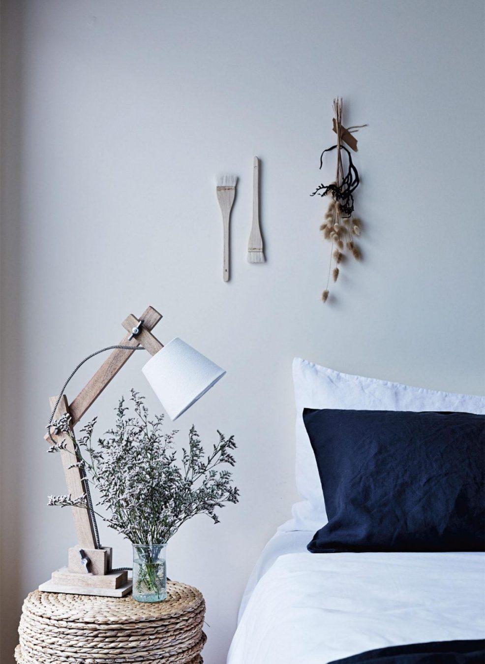Une chambre à la décoration bord de mer, avec ses meubles en rotin et en bois brut. Retrouvez toutes les images de cet intérieur inspirant dans l'article.