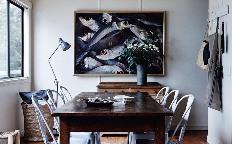 Une salle à manger au style bord de mer, avec ses couleurs marines et sa grande table de bois brut. Retrouvez toutes les images de cet intérieur inspirant dans l'article.