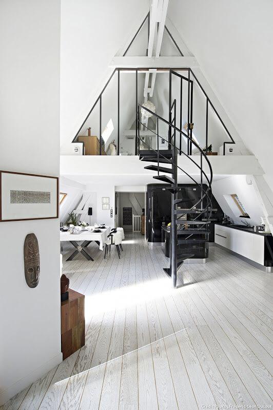 Découvrez la sublime déco de ce loft industriel parisien, avec son incroyable volume sous les toits et son design très chic. Plus de photos dans l'article !