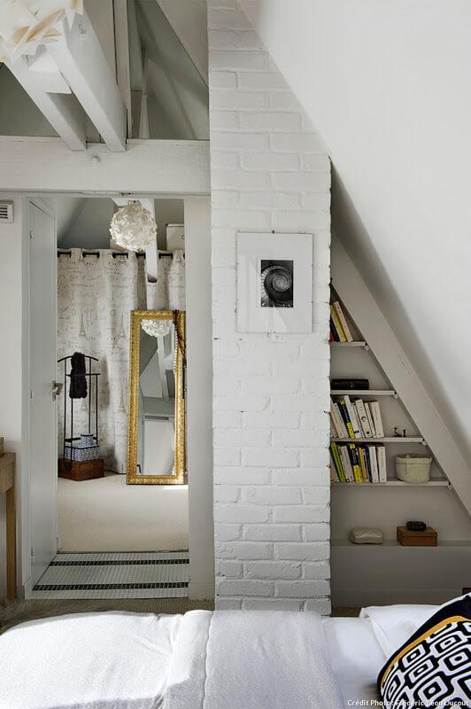 Une chambre sous les toits, minimaliste et cosy. Découvrez plus de photos de ce loft industriel dans l'article.