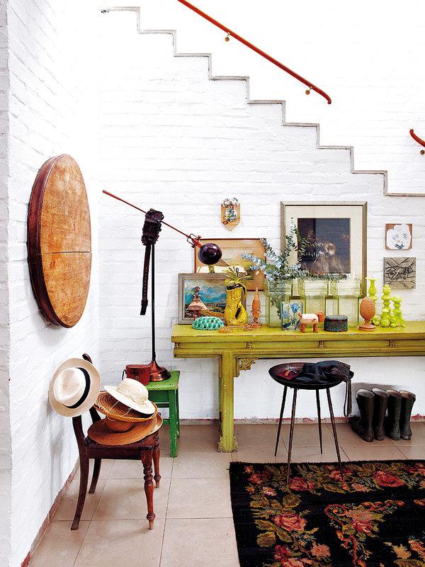 Un joli salon bohème et authentique, décoré avec soi par les habitants de cette sublime villa sud africaine. Découvrez plus de photos du salon dans l'article.