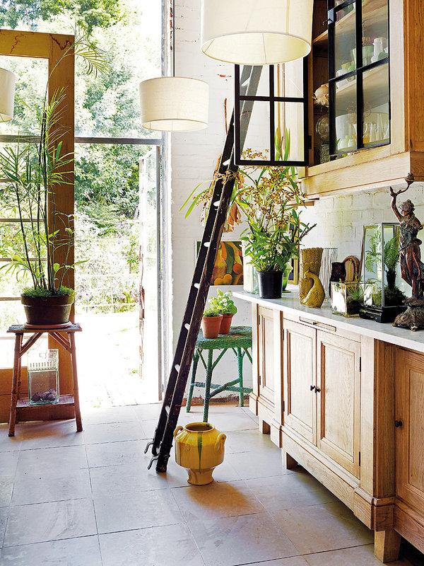 Une charmante cuisine originale et authentique, remplie de plantes vertes. Découvrez le reste de cet intérieur sud africain dans l'article.