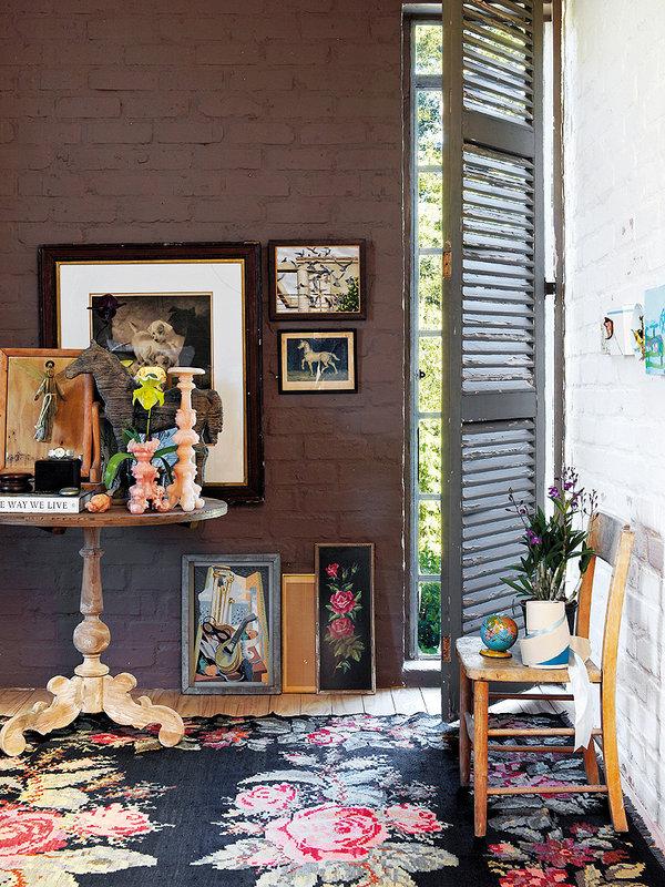 Une décoration bohème et vintage pour ce petit salon adorable. Retrouvez plus d'image de la décoration de cette villa africaine dans l'article.