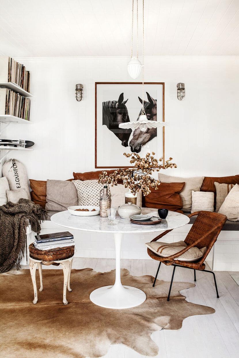 Découvrez ce magnifique salon à l'esprit brocante, décoré d'objets vintage et chinés, et aux couleurs de l'automne