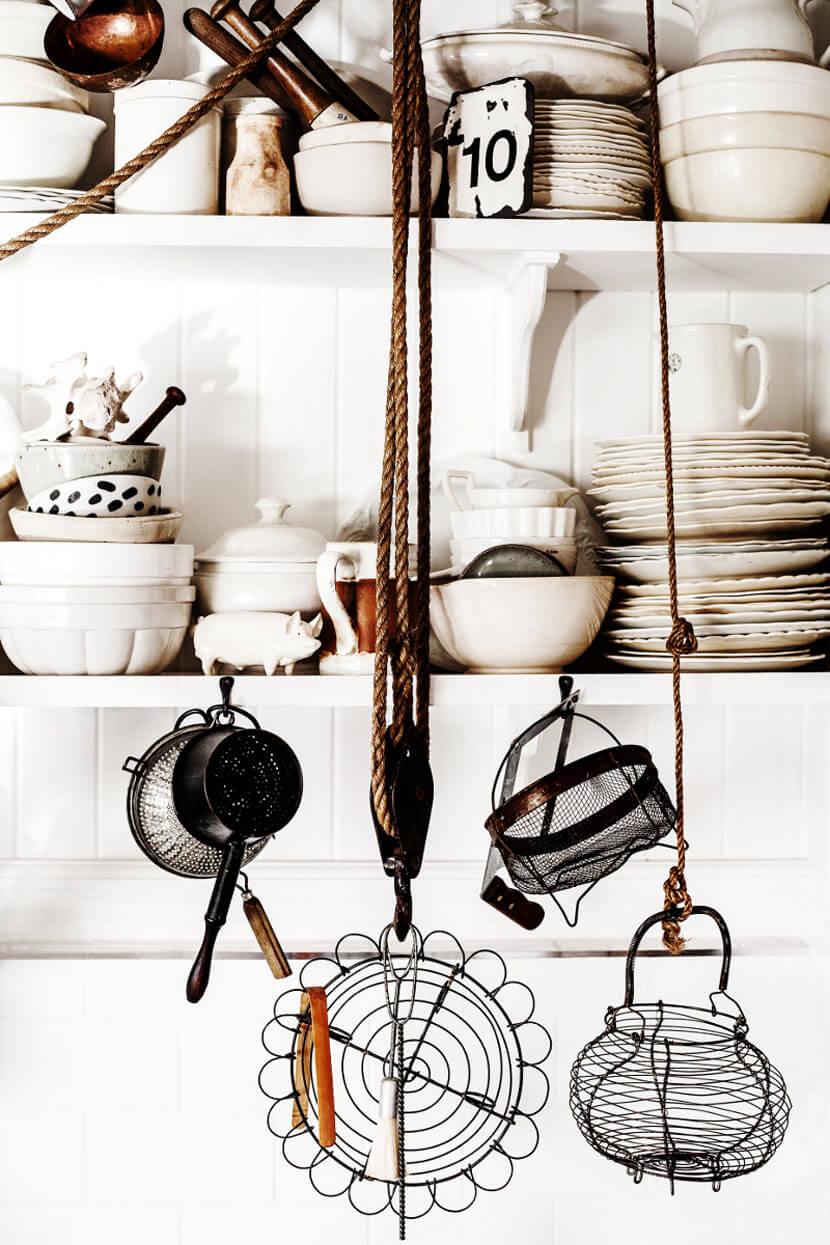 Détail d'une cuisine rustique à l'esprit brocante