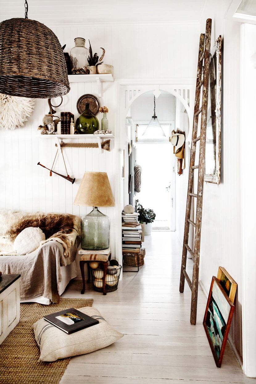 Un salon rustique à l'esprit brocante, décoré avec des lampes en osiers, des plaid en fourrures, une jolie dame jeanne et même des oeufs d'émeus !